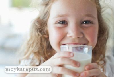 С какого возраста ребенку можно давать коровье молоко
