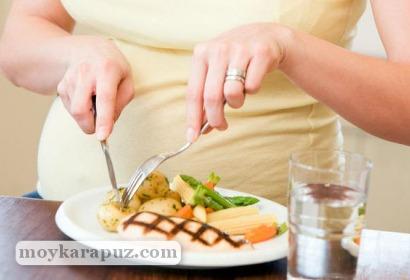 Беременная ест мясо