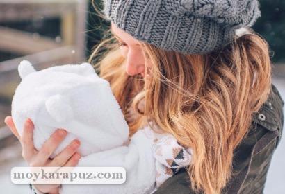 Мама гуляет с малышом зимой