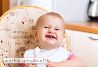 Малыш сидит в стульчике для кормления