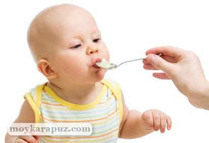 Малыш пробует картофельное пюре