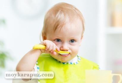 Малыш кушает