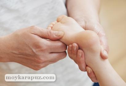 Выполнение массажа детским стопам