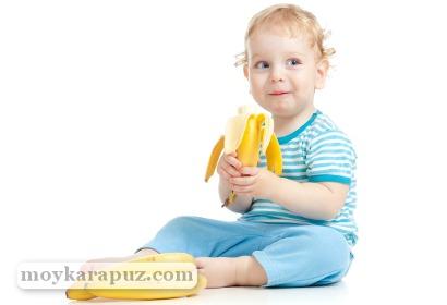 Ребенок есть банан