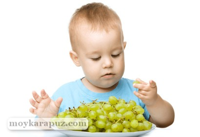 Малыш кушает виноград
