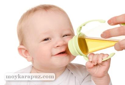 Малыш пьет ягодный сок