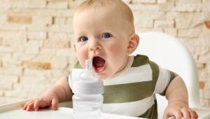 Нужно ли дополнительно давать ребенку воду
